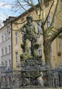 """Offiziell heißt dieses Stück """"Neptunbrunnen"""". Die Bamberger nennen es hingegen """"Gabelmoo"""" (Gabelmann)."""