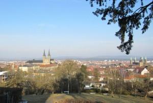 Und endlich auch der lang ersehnte sonnige Blick über die Stadt, hier von der Villa Remeis aus: Links St. Michael (wegen Baufälligkeit schon lange geschlossen) und rechts der romanische Dom mit seinen vier Türmen