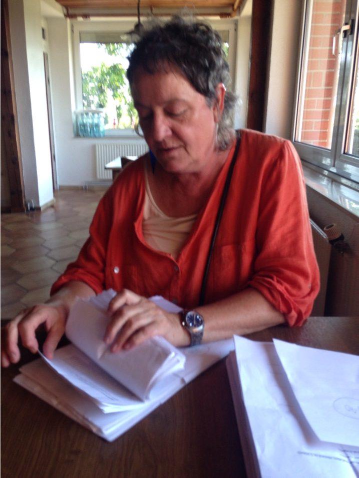 Frau Dohnicht beim Auszählen der Wettkampfkarten