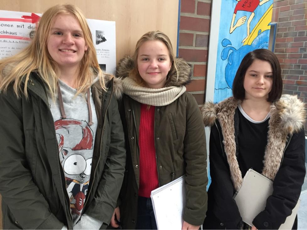 Lea, Victoria und Steffi interviewten Passanten vor Budni