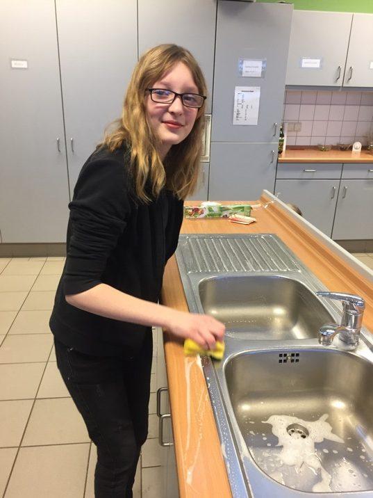 Samantha beim Saubermachen