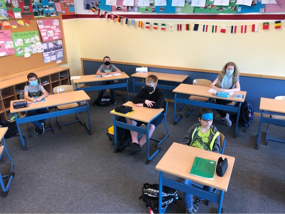 Zum Glück sind unsere Klassenräume so groß, dass wir die Tische lgroßzügig im Raum verteilen können...