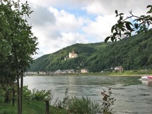 Koblenz___Blick_auf_Schloss_Stolzenfels